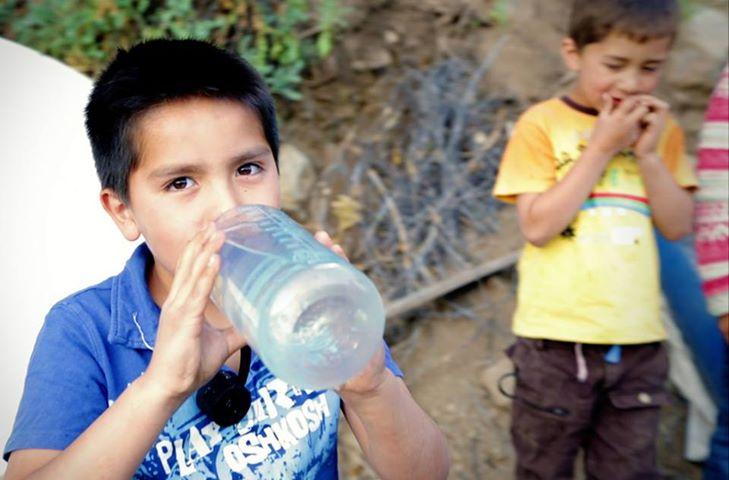 Niño con agua