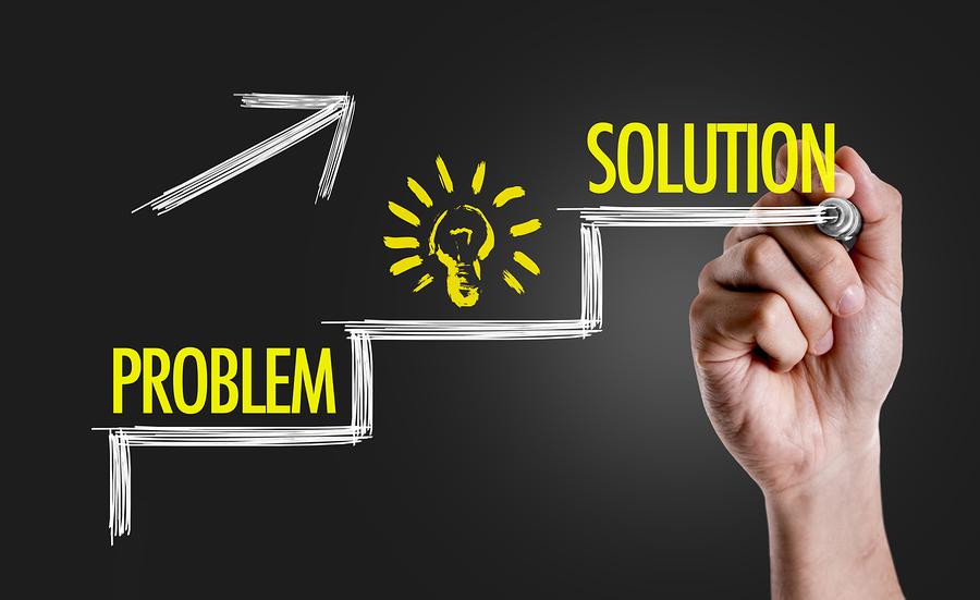 La innovación social propone soluciones novedosas a los problemas comunitarios.